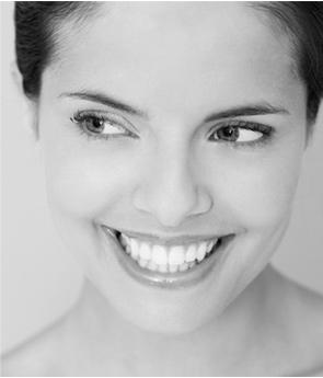 הלבנת שיניים - בחורה יפה מחייכת עם שיניים לבנות