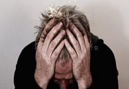 איש שסובל מכאב ראש